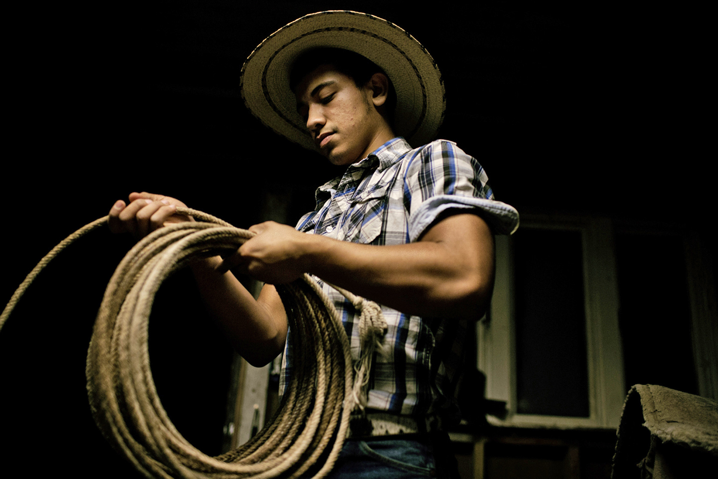 Marcos Espinoza, 17, is practicing his roping skills during a family trip to a ranch on the outskirts of Bowling Green, Kentucky. (Photo by Betina Garcia/GroundTruth)