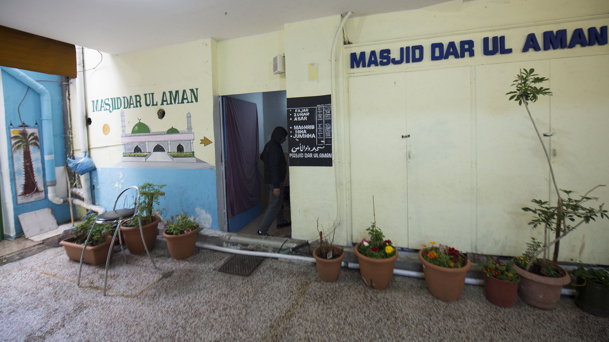Masjid Dar-ul-Aman, an underground mosque for mostly Pakistani and Bangladeshi immigrants in Omonia Square, Athens. (Photo by Priyadarshini Sen/GroundTruth)x