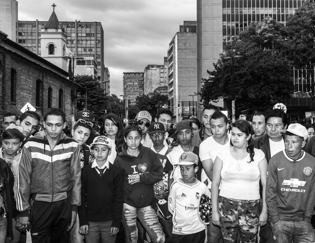 A group watches and listens to a street performer. Such performers are common along the Avenue. May 26, 2015. (Juan Cristóbal Cobo)