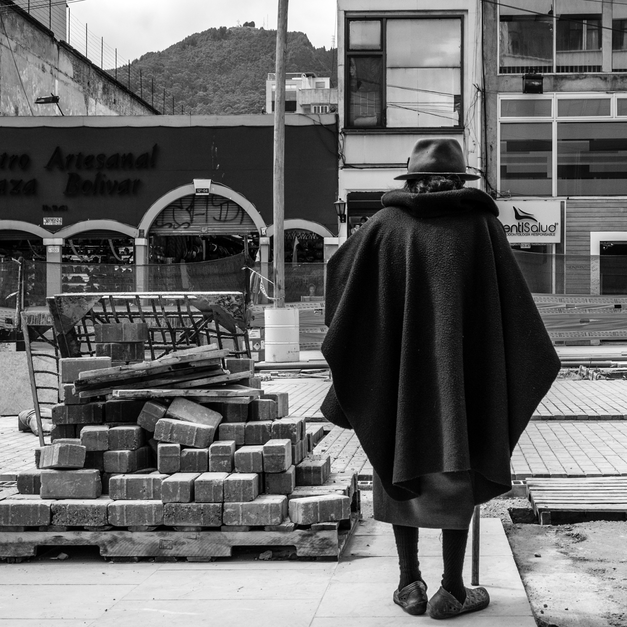 An elderly woman stands in the middle of construction on June 20, 2015. (Juan Cristóbal Cobo)