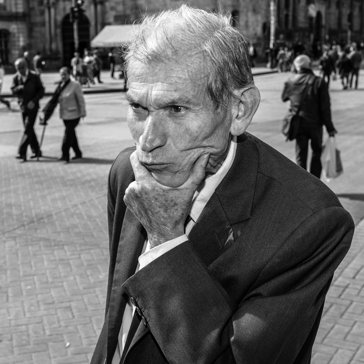 A businessman walks along the Avenue. July 6, 2015. (Juan Cristóbal Cobo)